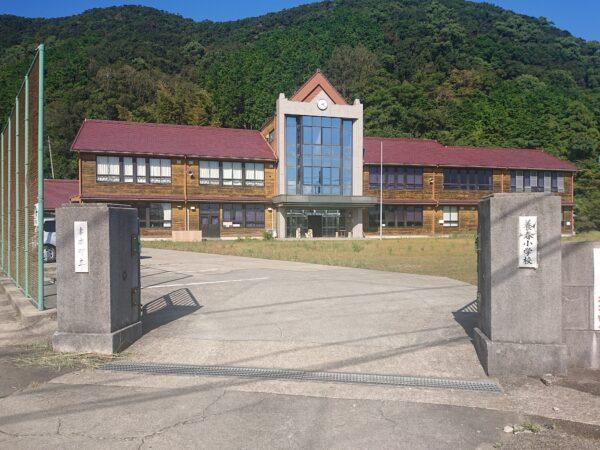 写真:廃校校舎が洋菓子店に華麗に変身!!