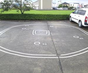 写真:駐車場の不思議な絵