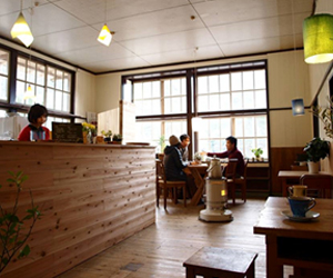 写真:旧校舎で味わう本格カフェラテ
