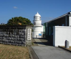 写真:樫野崎灯台とスイセン