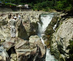 写真:まるで異世界!滝の拝