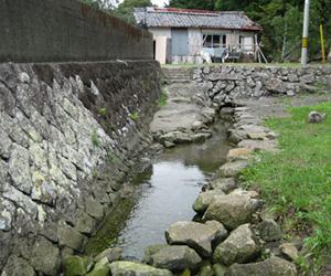 写真:日本一短い川「ぶつぶつ川」