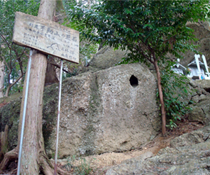 写真:不動山の巨石で聞こえる紀の川 (2枚目)