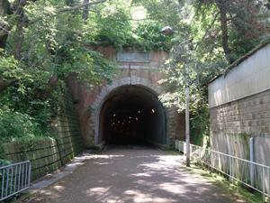 写真:明治時代の鉄道トンネル「鵬雲洞」
