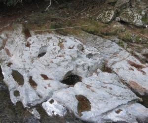 写真:釜滝の甌穴(おうけつ)