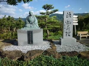 写真:華岡青洲の像と「活物窮理」の碑