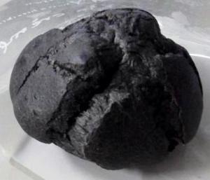 写真:黒いシュークリーム(紀州備長炭シュー)(1枚目)