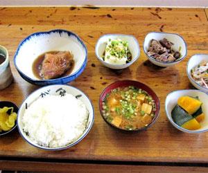 写真:数と量にびっくり!しのぶの昼定食