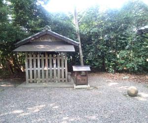 写真:昭和の若者衆と力比べ(田中神社の力石) (2枚目)