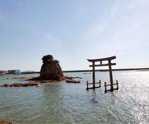 写真:海の中に建つ大鳥居!