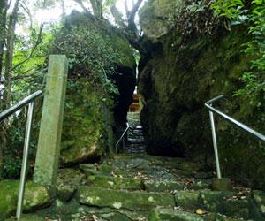 写真:押分岩(秋葉神社)