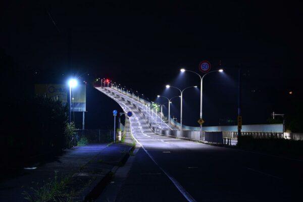 写真:暗闇に白く浮かぶ道