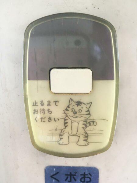 写真:出合えるかは運次第!降車ボタンに描かれたネコ