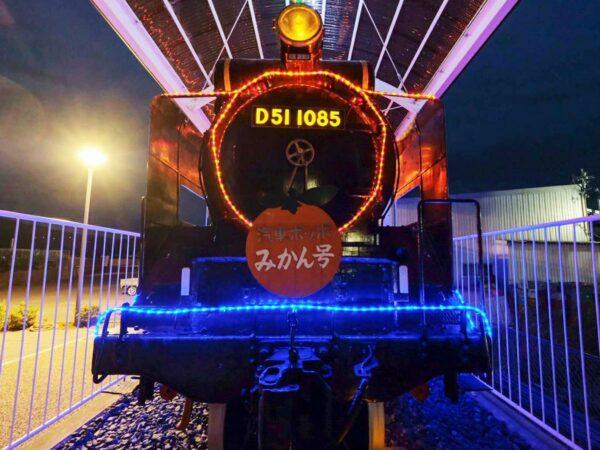 写真:冬夜に光り輝く蒸気機関車