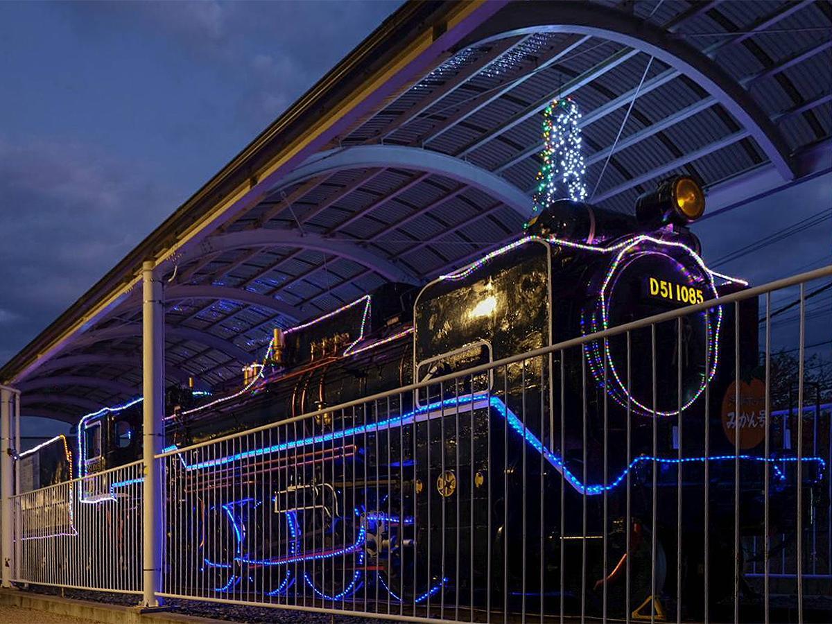 写真:冬夜に光り輝く蒸気機関車(2枚目)