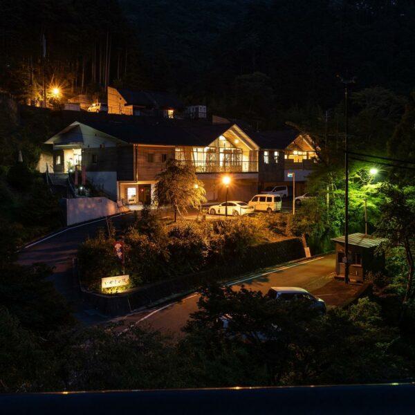 写真:漆黒の闇の中の温泉宿