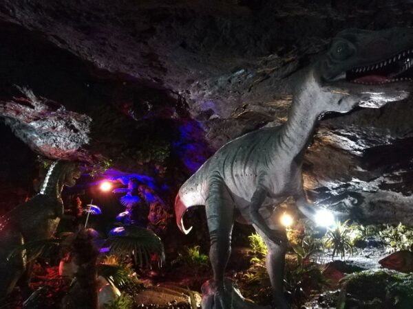 写真:雰囲気ありすぎる「恐竜ランド」