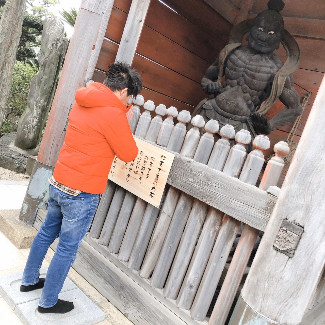 写真:仁王さまの力石(1枚目)
