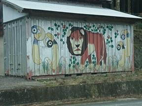 写真:鴨とライオンのアート?!(2枚目)