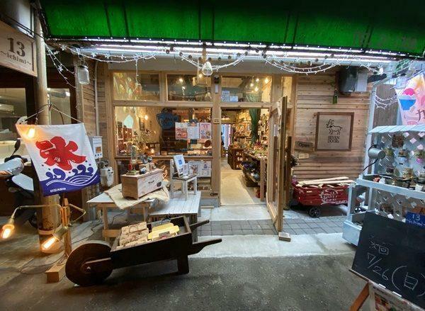 写真:七曲市場にあるオシャレな雑貨屋さん、二階は昭和を感じさせる居心地抜群のカフェ
