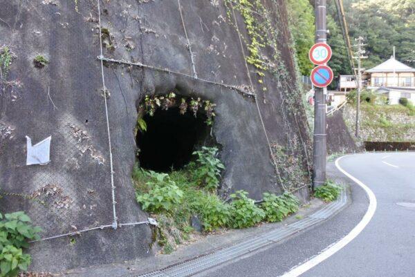 写真:ぽっかりと開いた謎の穴